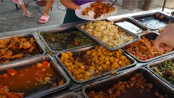 """大姐街头卖""""花式""""盖饭,8元三个菜经久不衰,食客:分量管够!"""