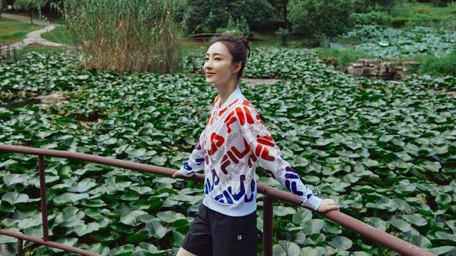 """王丽坤不愧""""素颜女神"""",穿运动装都比别人好看,这气质独一无二"""