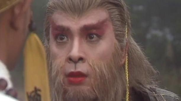 """22年前的通臂猿猴是""""整容""""了?56岁晒与周芷若合照,秒杀陈浩民"""