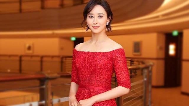 胡静身穿红色露肩裙性感成熟,而一袭暗金色深V连衣裙高贵华丽!