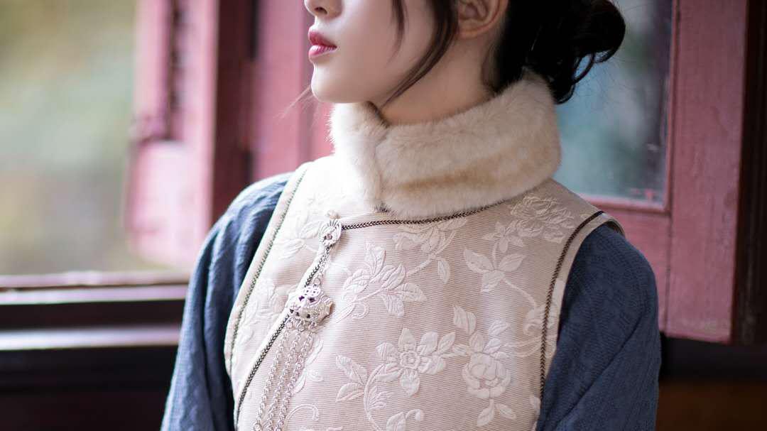 雾霾蓝色宽袖毛衣搭配夹棉无袖连衣裙,老上海风格也能美美过冬