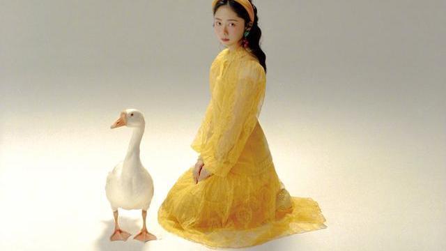 谭松韵童话复古大片,每一款造型都充满童趣,尽显靓女风采