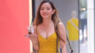 """美女穿""""亮黄连衣裙""""搭配""""珍珠凉鞋"""", 就是街上一抹亮眼的风景"""