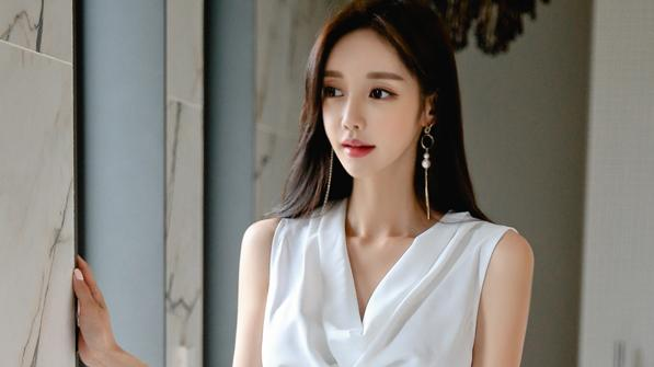 珠珠时尚穿搭美图:古典墨韵柔白丝缎裙