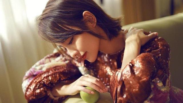 张嘉倪的新发型好靓,穿祥云裙配外翘短发洋气,很有贵妇气质