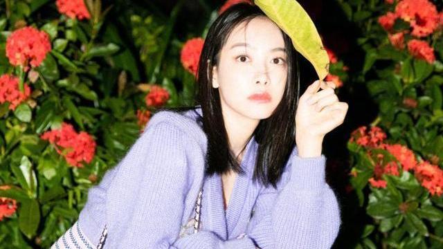 """33岁宋茜""""扮嫩""""成功,紫色毛衣配半裙温柔治愈,气质清纯如初恋"""