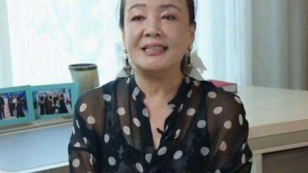 张兰有了白发还化浓妆,不肯面对现实,再怎么美颜也是个老人了!