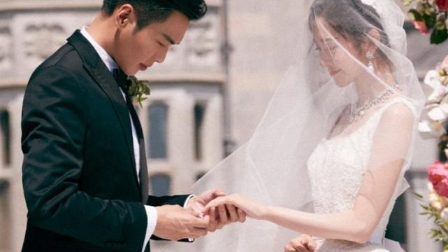 唐艺昕女儿出生,看到张若昀接女儿出院的方式,一看就是新手爸爸