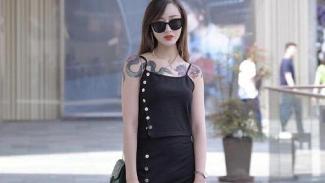 黑色分体套装裙搭配高跟鞋,高贵冷艳,从容优雅