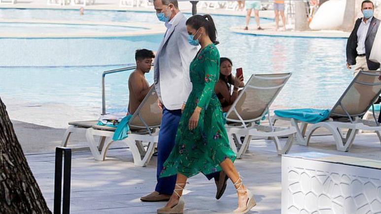 西班牙皇后在全国巡访,穿着再生花图案的连衣裙,美丽而高雅