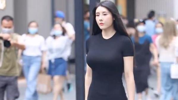 黑色连衣裙搭配一字扣高跟鞋,优雅又显身材,女人味十足