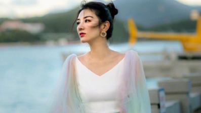 43岁黄奕穿彩虹色连衣裙,宛如十八岁少女,单身的女人最美