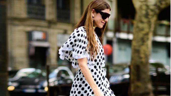 """真正会打扮的女人夏天都穿雪纺衫,今夏仍流行""""波点装"""",有风情"""