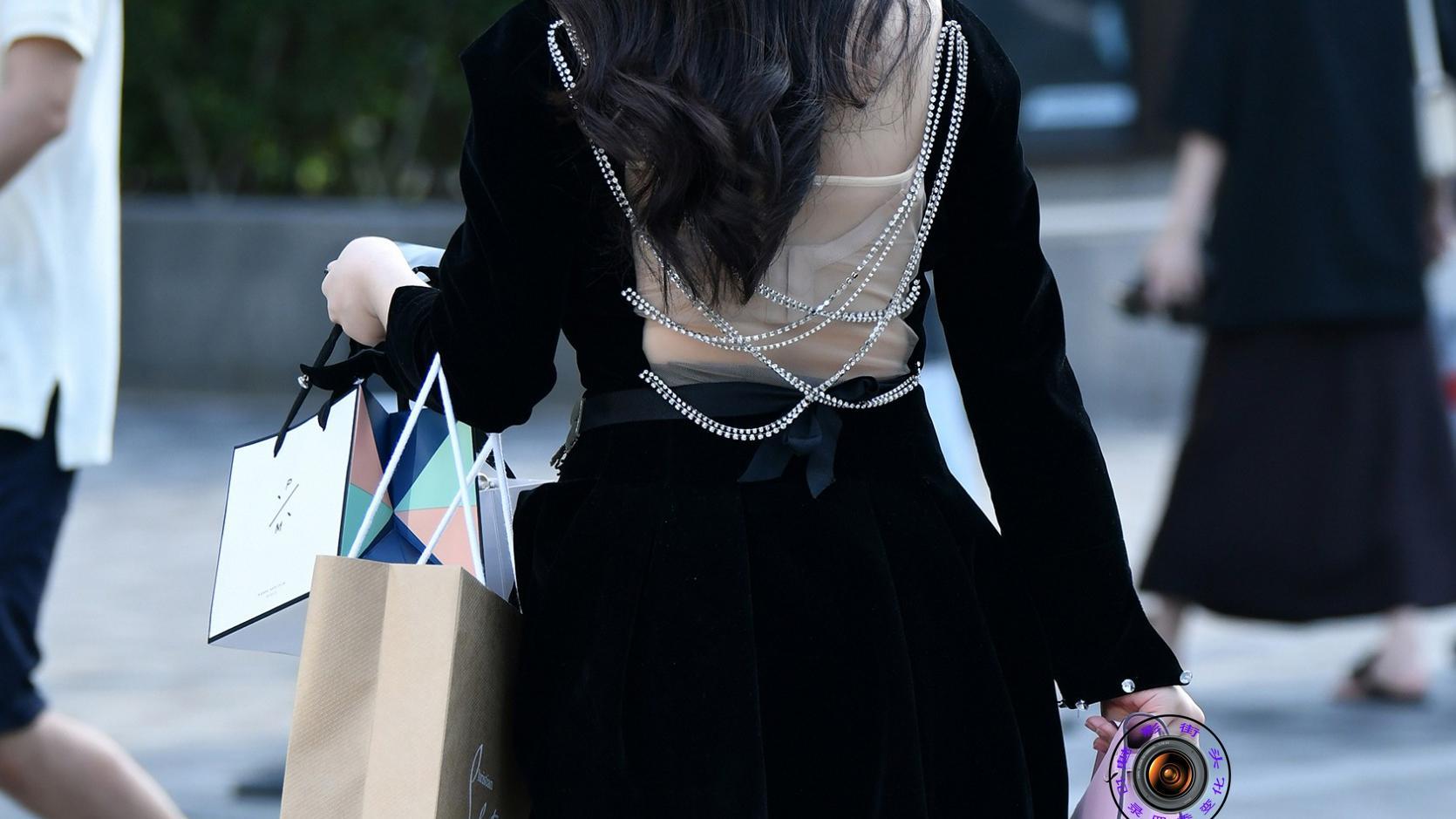 丝绒连衣裙搭配丝绒高跟鞋,珠联璧合的组合,修身显瘦还很精致