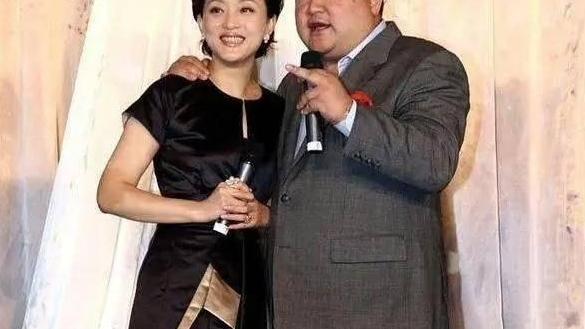杨澜气质很端庄,穿小黑裙配黑丝袜,匀称小腿和胖老公对比太鲜明