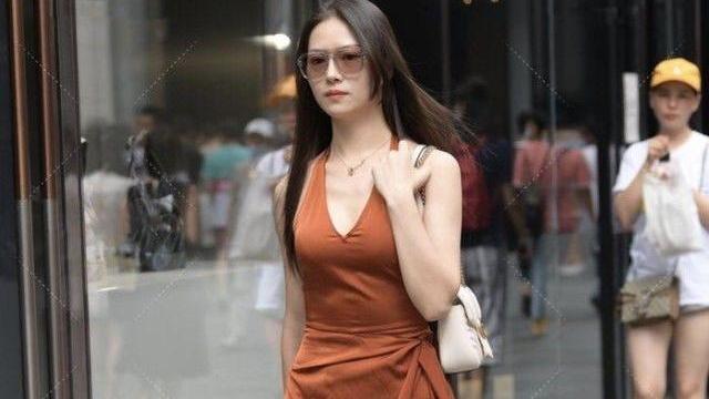 橘色无肩无袖连衣裙搭配高跟鞋,简约时尚,自信大方