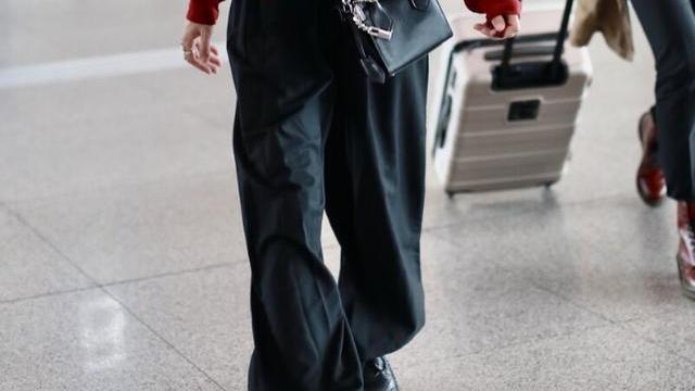 张碧晨真瘦,半袖下双手骨节分明,这身材穿收腿裤太晃眼