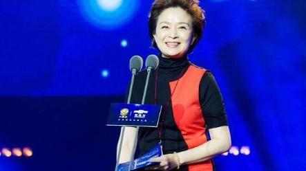 62岁刘莉莉真时髦,穿撞色连衣裙还披条红围巾,这精气神足得很