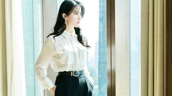 33岁冻龄女神刘亦菲,美貌依旧不减当年,连体裤穿搭太吸睛