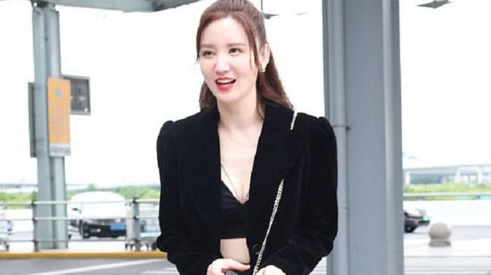老板娘张萌圆点连衣裙,尽显俏丽可爱,怎能看出有39岁?