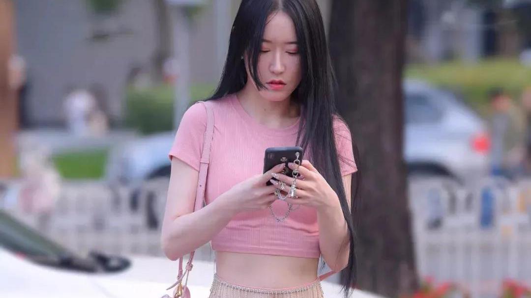 粉色修身T恤,腰缠纯银挂件, 尽显完美好身材