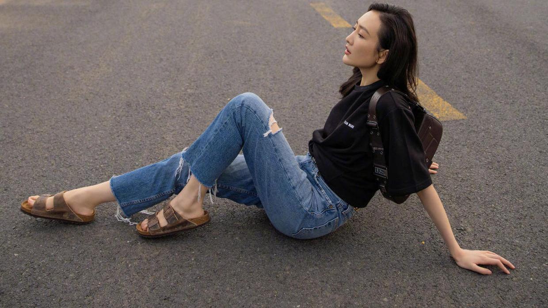 王鸥全新公路大片好高级,黑T恤配牛仔裤,混搭珍珠项链美出天际