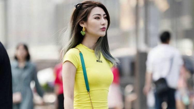 美女这件黄色连衣裙不仅修身效果好, 还把皮肤衬托的白里透红