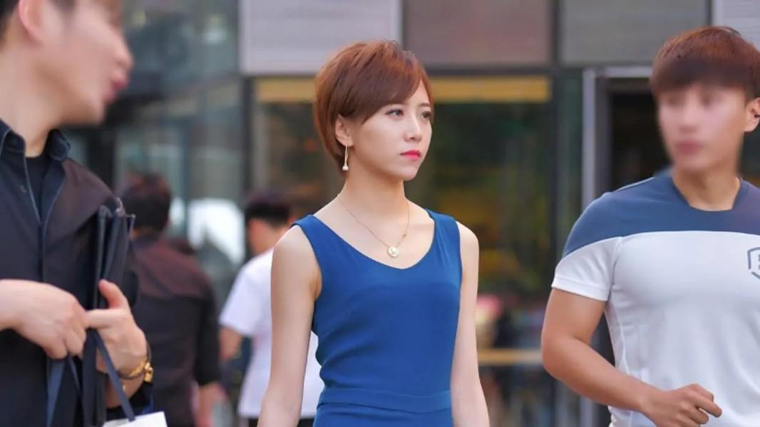 蓝色连体裤时尚感满满,解决你的穿搭烦恼,显高又显瘦!