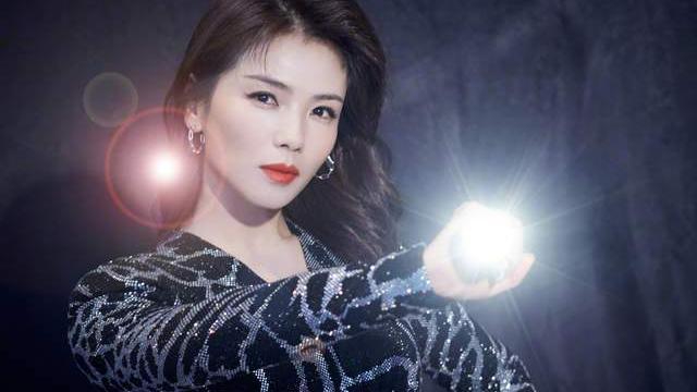 刘涛身穿豹纹亮片连衣裙冷艳魅惑,而白色西装造型高级感油然而生