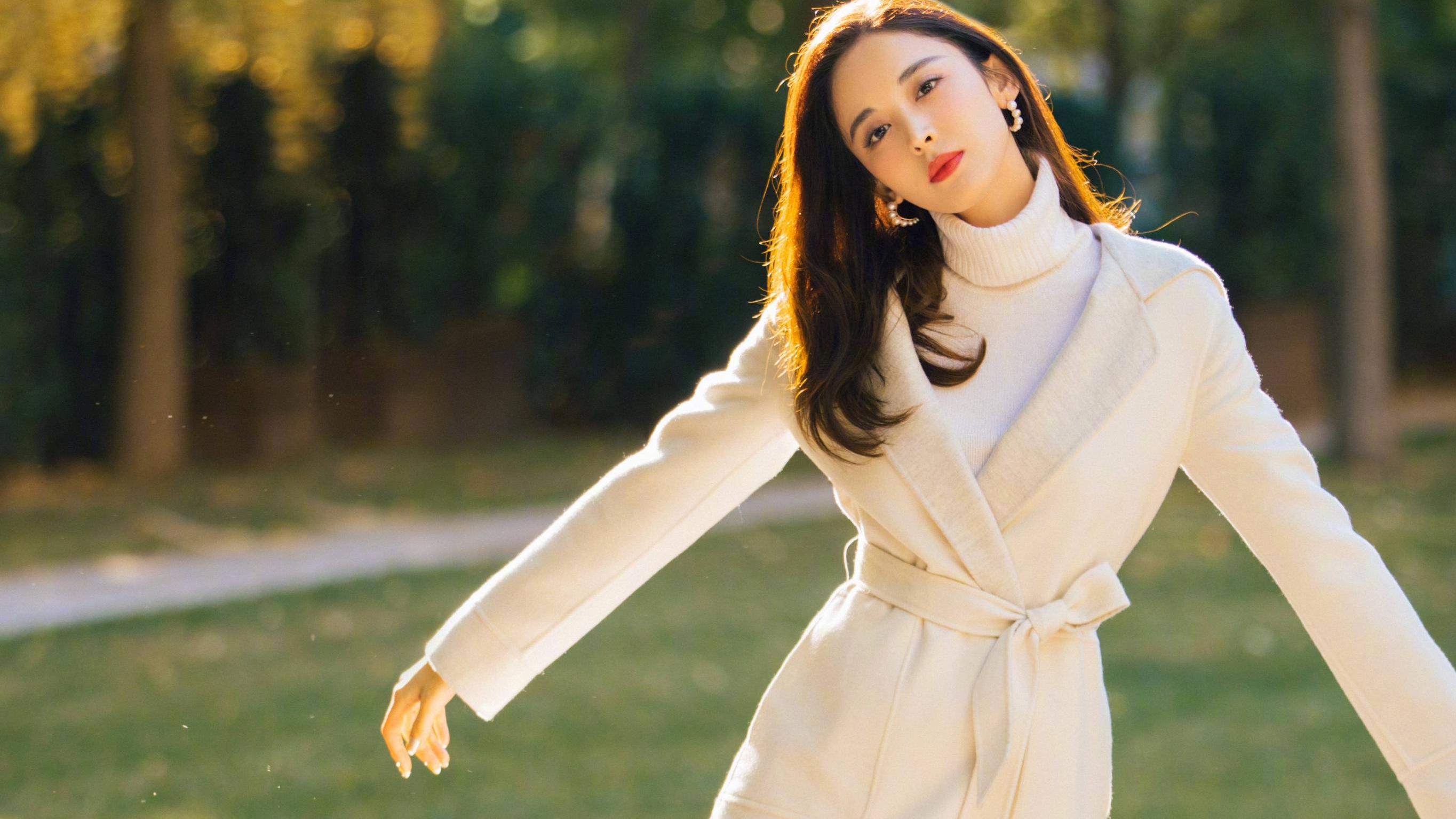 古力娜扎身材太好了,浅棕色长款羊绒大衣,难挡她凹凸有致的身形