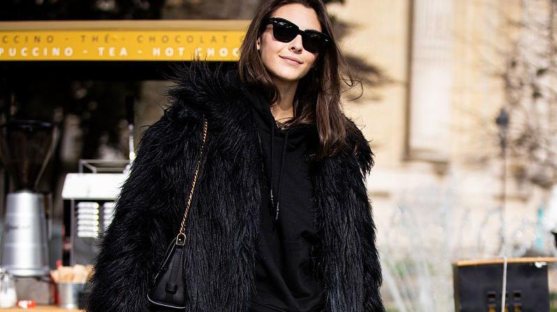 """有种潇洒率性叫""""卫裤"""",时尚有型的女人冬天都穿它,简单还好搭"""