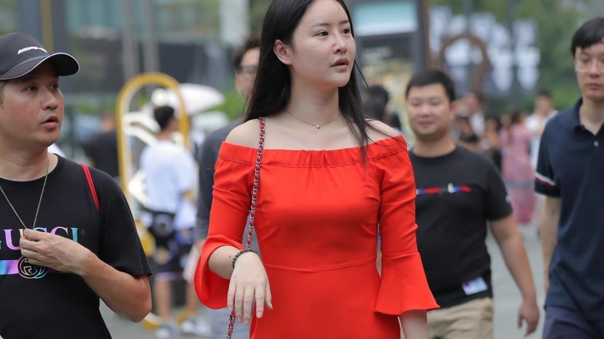微胖美女,红色一字领连衣裙搭配高跟凉鞋,光彩夺目很有女人味
