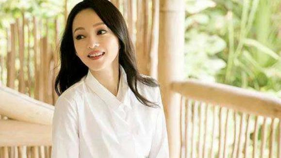 """张韶涵真厉害,""""连体泳衣""""直接穿上台,不仅不丑,意外很时髦"""