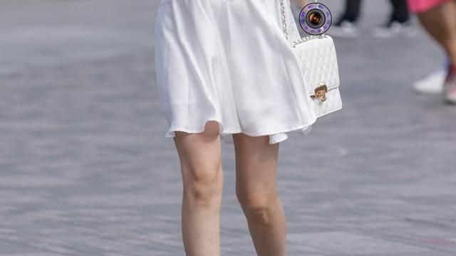干净的白色连衣裙,搭配粉紫色高跟鞋,减龄效果好,尽显温柔气质