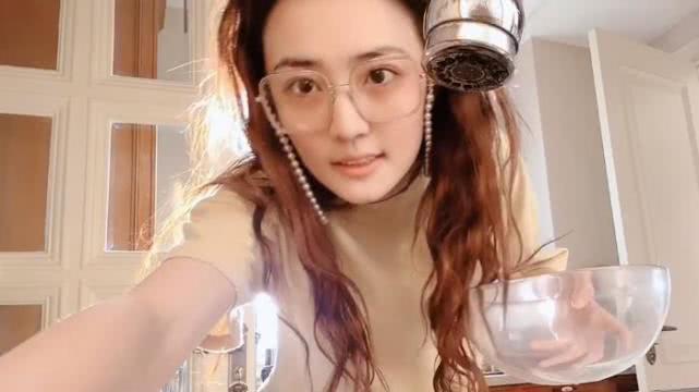 """徐璐自制""""杨梅荔枝冰"""",张铭恩帮女友烤肉低调出镜,两人好浪漫"""