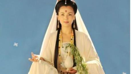 同样都是扮演观音菩萨,林心如高贵,刘涛端庄,而她被路人跪拜