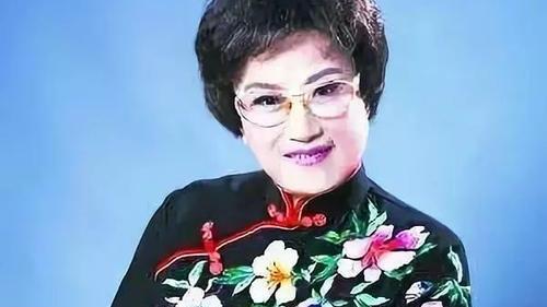 93岁王文娟从容服老,穿唐装搭西裤端庄贤淑,白发也不影响优雅
