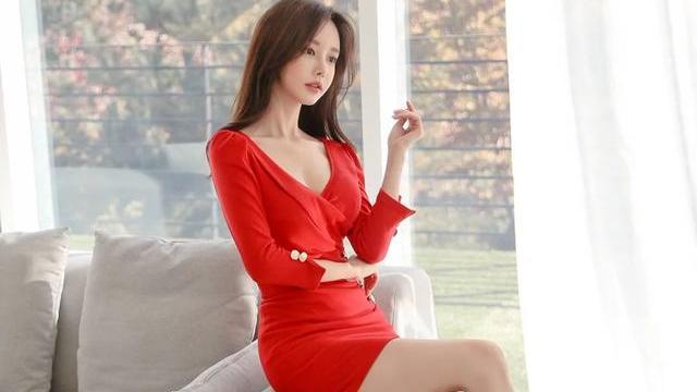 大红裙子的美女,搭上肉色丝袜,尽显都市好女人的品质