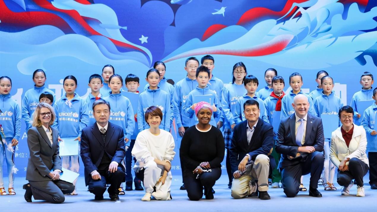 马伊琍世界儿童会发言,穿卫衣脱颖而出,大胆说中文太给国人长脸