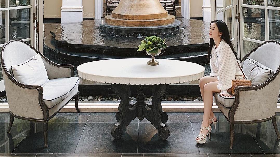 宽松的上衣搭配白色花边短裙,凉爽舒适,非常的精致