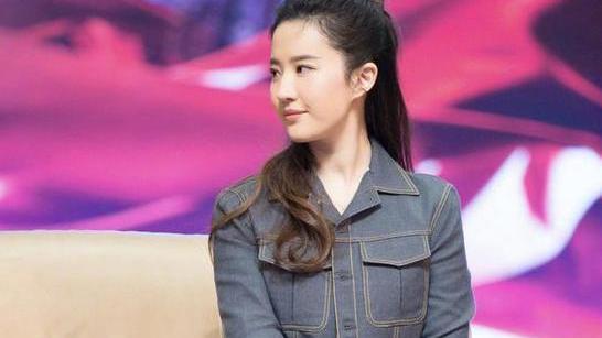 """刘亦菲穿连衣裙太高能,中段挖空用一个""""圆环""""固定,效果意外"""