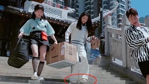 """赵丽颖的""""隐形鞋""""火了,看到她上脚效果,网友:引领潮流!"""