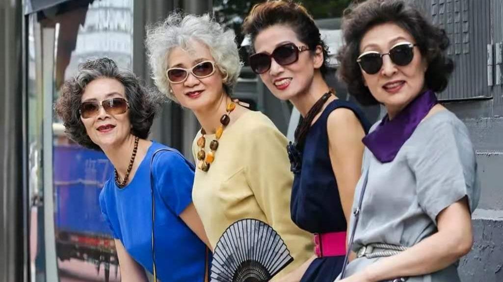 老年人不懂时尚?这群平均65岁的老人穿搭时髦,年轻人都自叹不如