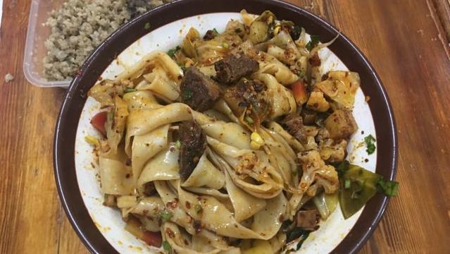 西安当地人爱吃的小面馆,有20年前的老味道,一碗面只有三根