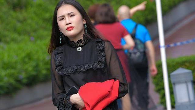 秋天流行小黑裙,高级又时髦,搭配鱼嘴高跟鞋,更是锦上添花