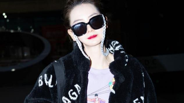 戚薇私服也很潮,黑色毛呢大衣配紫色衣服,高扎丸子头名媛范十足