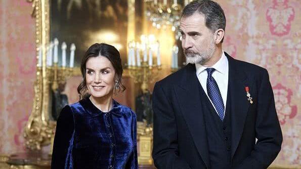 47岁西班牙王后穿天鹅绒长裙,身姿挺拔好高贵,和国王越发般配