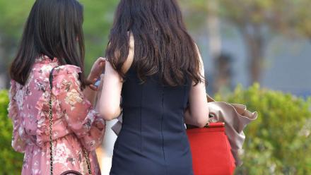 黑色修身款连衣裙搭配红色手提包,大方精致,凸显时尚丽人感
