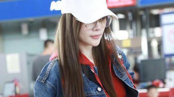 李小璐现身机场,红色运动服配白色鸭舌帽,网友:还是很年轻!