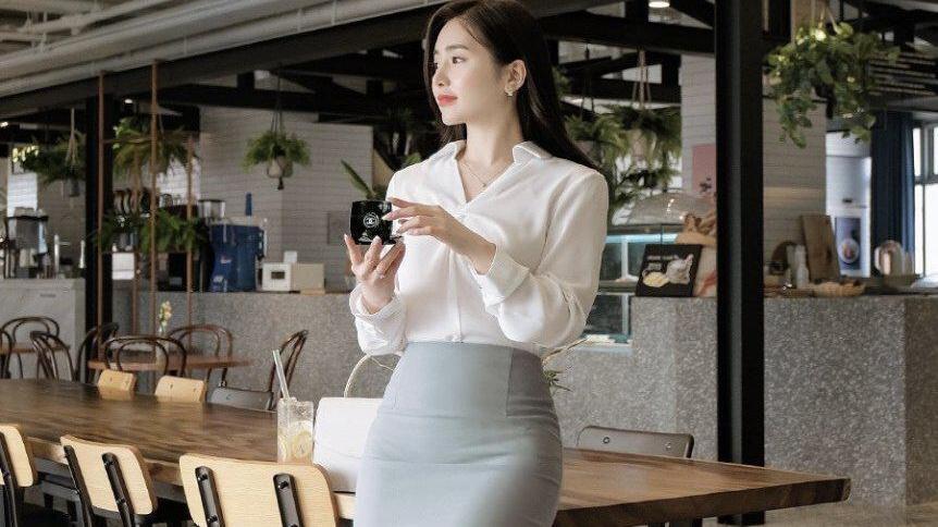 美女穿搭雪纺时尚OL气质白色衬衫搭配高腰包臀裙,穿出优雅大方和女人魅力
